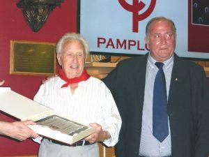 Onsalo, el nuevo socio de honor, muestra la placa conmerativa que le había entregado el presiddente de la entidad, Juan Ignacio Ganuza.