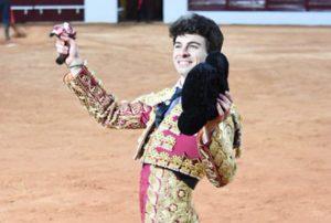Imagen de archivo en la que Toñete pasea en triunfo una oreja en la plaza de Olivenza.