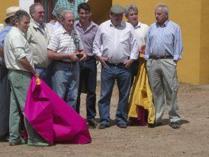 Pepe Goñi, con una escultura, en el centro de la imagen, rodeado por sus amigos del Picasso en la plaza de tientas de Macua, en Larraga. Era junio de 2009.