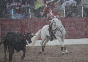 Guillermo Hermoso de Mendoz lidió a su segundo bajo un copioso aguacero.