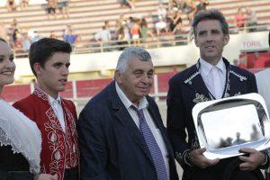 Hermoso de Mendoza, en el momento de recibir el prestigioso Centauro de Oro.