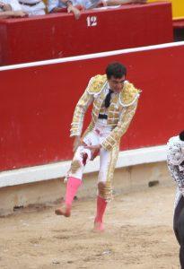 Paco Ureña se duele de la cornada sufrida.