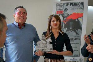 José Antonio Baigorri y su hija Patricia recogieron hace un par de meses el trofeo al mejor novillo de la concurso de Saint Perdon.