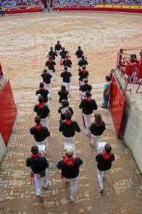 La Banda del Maestro Bravo entra en la plaza de toros en una mañana sanferminera.
