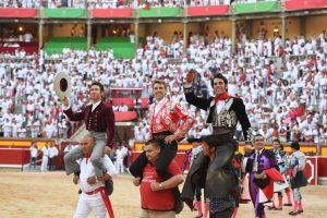 Los tres caballero han salido a hombros esta tarde en Pamplona.