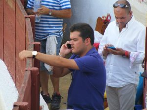 Alberto Morales, en el callejón de una plaza de toros.
