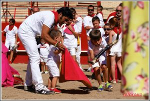 Expósito enseña a un niño de Murchante el manejo de la muleta.