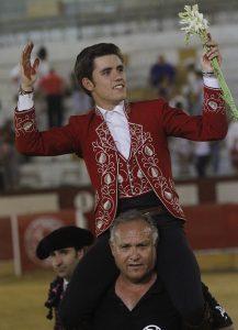 Guillermo Hermoso de Mendoza salió a hombros en solitario de la plaza de Cabra.