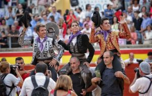 Como sucedió en Almería, los tres rejoneadores, los mismos, han salido a hombros en Palencia.