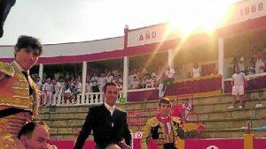 Adame, el mayora y Marìn salen a hombros en Cintruénigo. Fotografía: Manuel Sagüés.