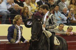 Hermoso de Mendoza brindó uno de sus toros a Rui Fernandes, que conmemoró sus 20 años de alternativa.