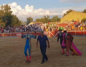 El ganadero José Ángel Santafé da la vuelta al ruedo junto al novillero David Garzón, que pasea en triunfo las dos orejas del bravo 'Cancionero'.