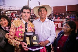 Javier Antón luce el trofeo a la mejor faena del festejo.
