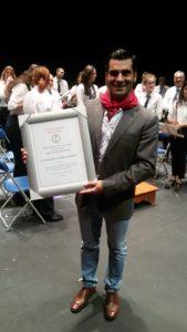 Expósito muestra el cuadro que le acredita como socio de honor del Club Taurino Gracurris de Corella.