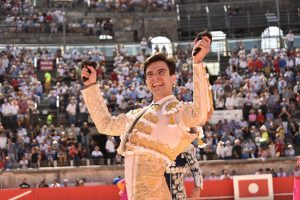 Toñete pasea en triunfo las dos orejas del primero toro de su profesión, premiado con la vuelta al ruedo.