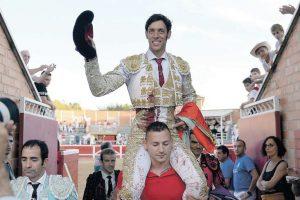 Nazaré salió a hombros en Sangüesa tras cortar las dos orejas de 'Montenegro', el toro más bravo de la feria.
