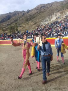 Javier Antón pasea en triunfo dos orejas en la plaza de Aycará.