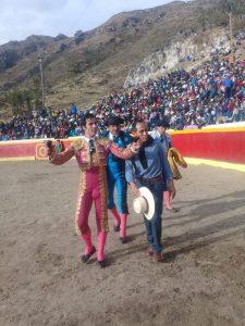 Tras cortar las dos orejas de un toro, Javier Antón dio la vuelta al ruedo junto al ganadero de Sagrado Corazón de Jesús.