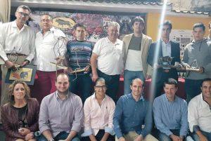 Los premiados, junto a socios de la peña Lodosa por el Toro. Fotografía: Vaquero.