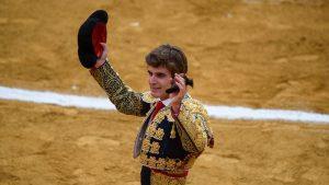 Javier Marín pasea en triunfo en Cintruénigo una oreja del primero de su lote.