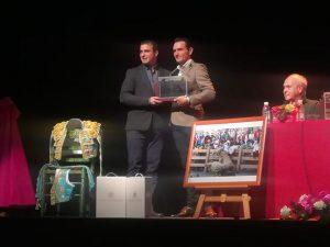 Andrés Baztán, presidente del Club Taurino Tafallés, entgrega a Joselillo el trofeo al triunfador de la Feria de Tafalla.