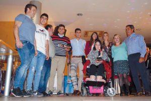 Los ganaderos premiados y familiares, con representantes del club taurino de Valtierra. Imagen: E: P.