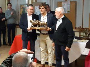 Javier Marín con el trofeo que lo reconoce como triunfador de la feria de su Cintruénigo natal.