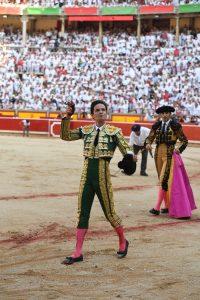 Del Álamo pasea en triunfo la primera oreja cortada en Pamplona a lo largo de su trayectoria.
