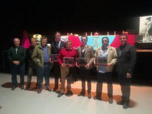 Todos los premiados con representantes del Club Taurino Tafallés.