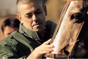 Carlos Martínez, mayoral de Toropasión, acariciando a un caballo.