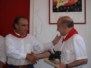 11 de julio de 2011. Ricardo Gallardo recibe el premio de la Feria del Toro 2010 de manos de Luis Arraiza, entonces vicepresidente de la Casa de Misericordia de Pamplona.