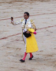 Emilio de Justo pasea un triunfo una oreja de un toro de José Escolar.
