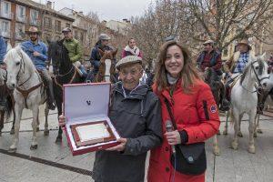 La edil Marta Astiz entrega una placa a Rufino Ojer Osés, amigo de la familia Macua. Imagen: Montxo A. G.