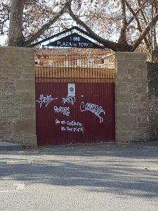 Pintadas antitaurinas en la puerta de acceso de la plaza de toros.