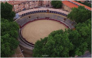 Vista aérea de la centenaria plaza de toros de Tafalla.