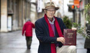 Vifal Pérez Herrero con su Agenda Taurina 2019, todo un libro de cultura taurina, con artículos de prestigiosos escritores.