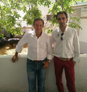 Pedro Gutiérrez Moya con el taxidermista Martín Moro en los corrales de plaza de Pamplona.