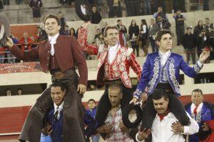 Los tres rejoneadores salieron a hombros en Ciudad Juárez.