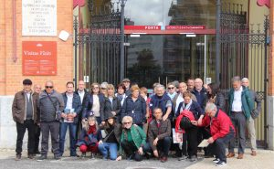 Los socios del Club Taurino Casta Brava de Arguedas ante la puerta principal de Campo Pequeño.