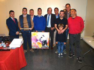 Antonio Miura, en el centro de la imagen, entre los hermanos García Blasco y socios de la peña Casta Ribera de Ribaforada.