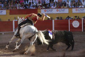 Guillermo Hermoso de Mendoza toreando en Aguascalientes con 'Locura', uno de los nuevos caballos.