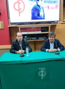 Miguel Reta, a la derecha de la imagen, durante un momento de la chara que ofeció.