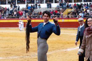 Sotos pasea en triunfo los máximos trofeos de 'Alcohóllico', unos pasos por delante de la ganadera Beatriz Azcona. Fotografía: José Luis Espuelas.