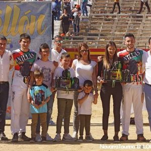 Los ganadores del concurso junto a los organizadores en la plaza de Castellón.