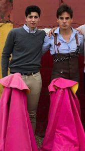 El Moro, junto a su amigo Gonzalo Caballero, en la plaza de tientas de Juan Albarrán.