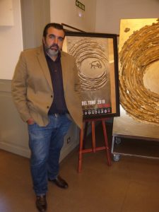 El autor junto a su obra.