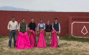 De izda. a dcha., los ganaderos Víctor y José Pedro Benayas, Andrés Palacios, Javier Marín y dos jóvenes becerristas que hicieron la tapia.