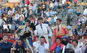 La terna saliendo a hombros en Toledo. Fotografía: Julio César Sánchez.