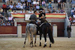 Momento en el que Armendáriz confirma la alternativa, de manos de Martín Burgos, que fue el padrino de la ceremonia.
