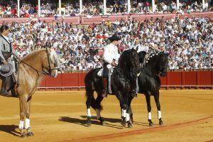 Momento en el que Pablo Hermoso de Mendoza cede a su hijo Guillermo la muerte del primer toro de la tarde.